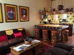 Área de estar abierta a la cocina
