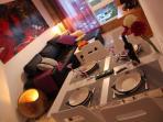 Mesa comedor y rincon salon con tele