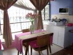Bienvenida: Con Flores, olorosas, coloridas Ecuatorianas, la mesa es escritorio. Microondas TDS.