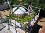 Vista dal balcone di biancaneve sulla terrazza conviviale, dove viene servita prima colazione