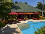 Pool und Sonnendeck mit Terrasse