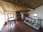 cucina soggiorno con divano letto da due posti in attico 2' piano con due camere doppie e due bagni