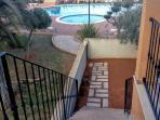 Acceso jardín y piscinas