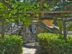 06 Violetta garden entrance