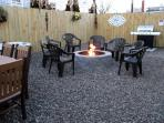Private backyard w/gas fire pit, BBQ grill, picnic tables + fridge - seats 20+