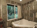 Sequoiatude, Bathroom with window to the forest