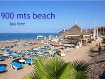 Estupenda playa de arena blanca, amplio paseo restaurantes y comercios.