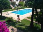 Jardín y piscina, DELANTE del bungalow.