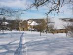 La maison vue depuis le fond du jardin en hiver