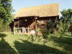Cabaña 70m2, con altillo,2 dormitorios, baño,salón y cocina. mallado con arboles al rededor. Jardín.