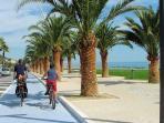 Pista ciclabile che corre lungo il mare ed unisce Grottammare a San Benedetto Tr. e Cupra Marittima