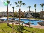 Gran piscina comunitaria con socorrista en meses de verano.
