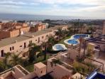 Vista de piscinas exteriores desde terraza