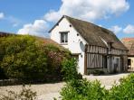 Le cottage FLEUR DE LIN , maisonnette normande de charme, adossée au mur d'enceinte du domaine.
