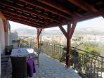 Möbliert Balkon mit schöner Aussicht auf die ganze Stadt, das Meer und die Berge