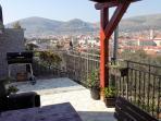Möbilierter Balkon mit einem tragbaren Grill und einer schönen Aussicht auf die ganze Stadt, das Mee