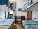 Dormitorio con cuatro literas para adultos.