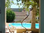 uitzicht vanuit het huis op terras en zwembad