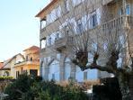 Fachada edificio, el apartamento es el primer piso, el del balcón de piedra