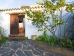 Puerta y patio exterior de la Rana Verde abajo