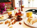 colazione in veranda con tipico cannolo, cassatina e brioche da granita