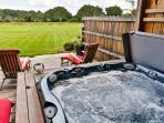 spa sous auvent avec vue sur le jardin et l'étang
