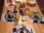 petit déjeuner avec jus de fruits frais maison