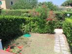 Nel piccolo giardinetto antistante è presente un barbecue.