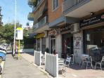 Esterno del palazzo con bar e fermata autobus