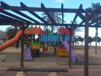 Parque infantil donde pueden jugar los niños, situado en el paseo a 100 metros del apartamento.