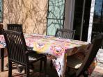 Table de repas sur la terrasse