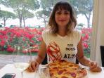 signora-ruth beim Pizza essen in der Aprilia Marittima