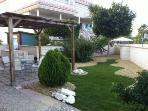 Terraza jardín, con pergola y zona de comedor exterior