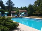 la piscine est chauffée (moquette solaire, et pompe à chaleur additionnelle