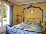 la chambre 'soleil' de bleu et de jaune vêtue, ouvrant sur la terrasse côté Sud