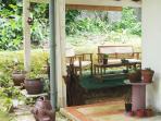 Terrasse couverte à l'arrière de la maison. Feurie et verdoyante. Calme et intimiste. Ensoleillée