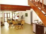 Pièce principale de la maison. Grande superficie, lumineuse. Décoration artisanale.