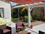 Grande terrasse sans vis à vis  avec les 2 pergolas, coin salon et coin repas