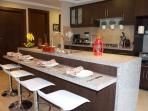 dinnig  granite counter .comedor de granite
