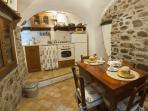 La cucina ha accesso verso la sala.