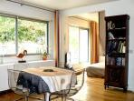 La salle de séjour avec son espace Repas et ses bibliothèques pour préparer les visites dans Paris