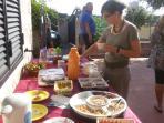 colazioni all'aperto con prodotti biologici e dolci vegani e non
