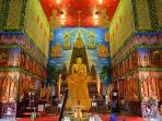 15 minutes away to Grand Temple of Wat Bua Kwan.