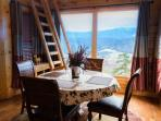 Enjoy your meals in the dining room with an unbeatable mountain view!
