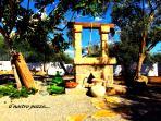 il pozzo tipico  di villa deborah  costruito a mano in pietra leccese ,messo in sicurezza con rete