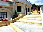 per accedere al miniappartamento si passa per la splendida scalinata in pietra leccese