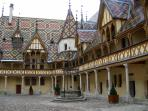 Les Hospices de Beaune aux tuiles vernissées de Bourgogne, classés Monument historique