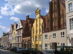 Gebäude aus vielen Jahrhunderten laden zu einer Zeitreise ein