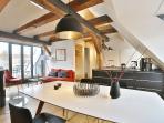 Der lichtdurchflutete Wohnraum von Apartment JAKOBI mit voll ausgestatteter Küche