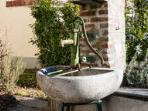 giardino, vecchia pompa a mano